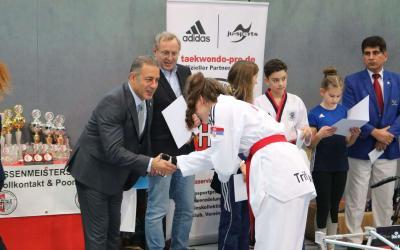 Bronze-Ehrennadel für Laura Trifkovic